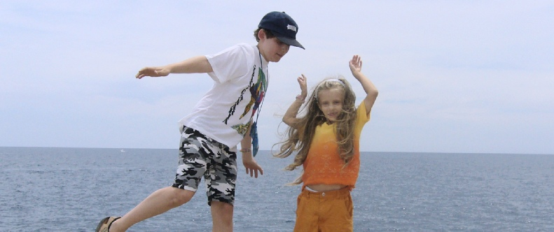 Amelie mit Freund am Strand