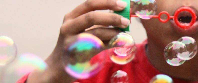 Bunte schillernde Seifenblasen