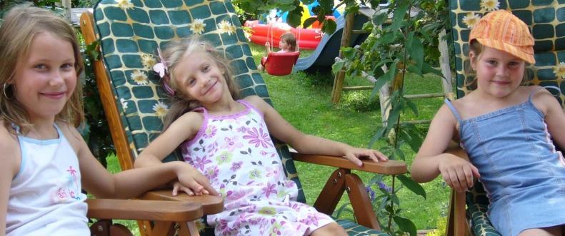 Amelie mit ihren Freundinnen im Garten